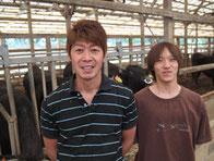 繁殖部門責任者の竹下隼人君(左)と今年高卒新人の池田健二君です。