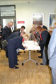Die Bildungspartner unterzeichnen die Verträge