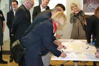 Frau Hönes (REWE) bei der Vertragsunterzeichnung)