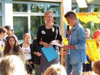 Der Schülersprecher Valerij Hamburg heißt Frau Vogt im Namen aller Schülerinnen und Schüler willkommen.