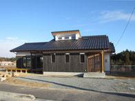 焼杉板の外壁の家