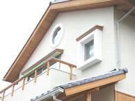 四角窓のある家