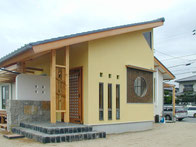 丸窓のモダン和風の家