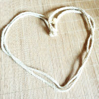 Seil geformt zu Herz: Sinnlichkeit sinnlich sein; Naturmaterial Spielmaterial