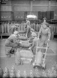 Munitionnettes, 1917.     Source: Wikipédia. Domaine Public du Royaume-Uni.