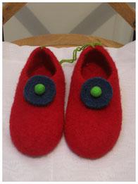 Filzhausschuhe für Kinder Groesse 35 Modell Zusa rot mit Filzschmuck