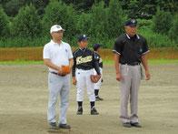 L.川田大会長の始球式