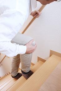 前川医院に来院された、膝の痛みを抱える男性患者のイメージです。膝の痛みも、トリガーポイント注射等で治療します。