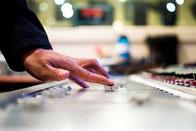 En Coulisses-Détail d'une main sur une console de régie-photo patrick-miller.jpg