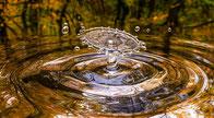 Acqua che fa una goccia