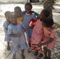 Schülerinnen der DYARAMA SCHULE Taayaki