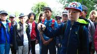 Kinder beobachten einen Kamberkrebs