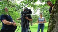 Aufnahme läuft: Volker Zahner sucht Insekten am Apfelbaum
