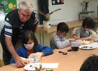 Gerd Andres erklärt den Kindern, wie es geht