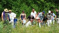 Besucher auf der Suche nach Spinnen im Gras