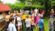 Schüler der 2.Klassen der Strietwaldschule aus Aschaffenburg tragen einen Tierkäfig mit 3 Igeln