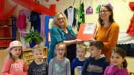 Sabine Michael übergibt dem Kindergarten St. Anna in Pflaumheim den Ordner