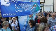 """Friedensdemonstration mit LBV-Flagge """"Leben braucht Vielfalt"""""""