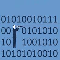Ein Mann steht inmitten von Ziffernreihen aus 1 und 0 und orientiert sich mit einem Fernrohr in der digitalen Welt.