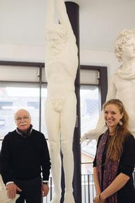 Im Foto zu sehen: Erich Werner und Helena Hausberg mit der Figur des Marsyas. Foto: Fung Ytchen