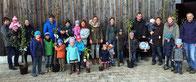 Kinder und Eltern mit den Obstbäumen, die sie vom OGV geschenkt bekamen.