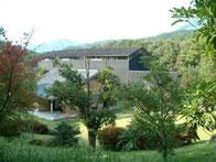 写真は、尾鈴山蒸留所。木城町の尾鈴山に蒸留所を建設。ここで山シリーズの焼酎が生れる。