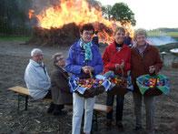 Frauen vom Heimatverein verteilen bunte Ostereier - Foto: HPD