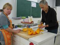 Vorbereitungen für die Apfel-Kürbis-Ingwer-Suppe