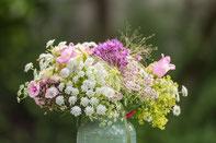 Blumendekoration aus dem eigenen Garten 'AltesForstamtimTeutouburgerWald'