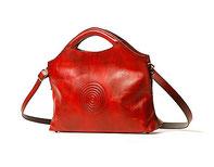 rote Handtasche mit Lederprägung