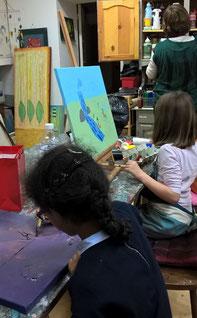 séance de peinture à l'huile avec des enfants