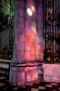 Reflets des vitraux sur un pilier