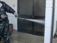 高圧ジェット水流でどんな汚れもスッキリ洗い流します。網戸もキレイになりますよ♪