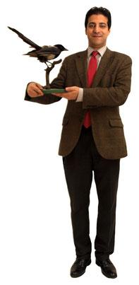 Pirooz Hosseini präsentiert eine Elster. Vermutliche Namensgeberin für den Alsergrund.
