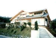 高台の和風の家
