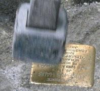 Stein wird mit Hammer festgeklopft
