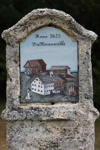 Die neue Tafel mit dem Motiv der Herrenmühle