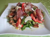 Fruchtiger Spargel-Rucolasalat mit Schinkenspeck und Schwarzbrotcroutons