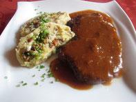 Geschmortes Schopfsteak mit Kartoffel-Pilz-Roulade