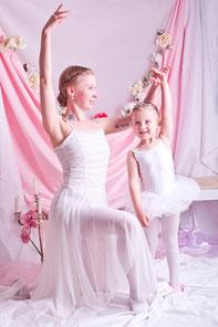 Ballettlehrerin und Ballettschülerin bei der Ballettstunde, fotografiert in Göppingen von Mascha Seitz