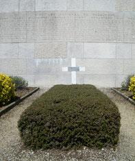 Grabstätte von Gen. Anselin direkt unterhalb des Beinhauses vor der Gedenktafel