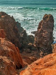schroffe Felsen und starke Brandung