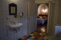 De privé badkamer van Pivoine met douche en toilet