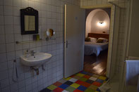 The private bathroom of Pivoine with showerand toilet