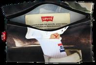 Upcycling Etuis für Levi Strauss. Aus gebrauchten Schaufensterbanner wurden diese nachhaltige Etuis für eine alternative Werbekampagne von Reciclage produziert.