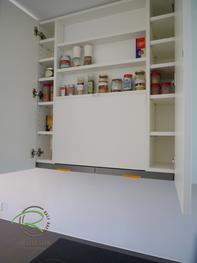 Moderne Küche in weiß und Nussbaumdekor von Schreinerei Holzdesign Ralf Rapp in Geisingen mit raumhohen Hängeschrank mit Stauraumlösung-Gewürzschrank im Dunstabzugsschrank