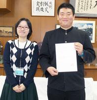 琉球大学に合格した加藤亮君(右)。担任の玉那覇教諭と一緒に=25日午後、八重山農林高校