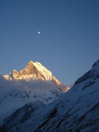 Annapurna Yoga Trek in Nepal, Mond über Annapurna Gipfel; Yoga Urlaub in Nepal, Yoga Trekking in Nepal