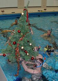 Weihnachtsbaum im Wasser geschmückt