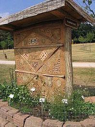 """Großes, lehmverputztes """"Insektenasyl"""" auf der Gartenschau in Kaiserslautern 2003"""